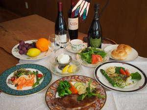 美瑛牛ステーキがメインの色鮮やかな美瑛の食材が並ぶ夕食
