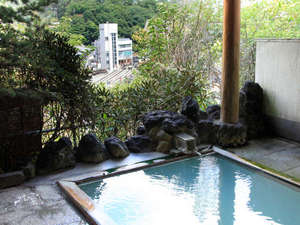 """草津唯一の湯畑を望める露天風呂。名湯""""白旗源泉""""100%掛け流しです。"""