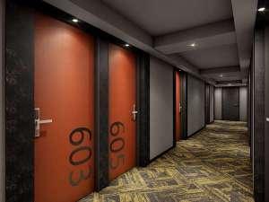 落ち着いた大人の雰囲気が漂う廊下