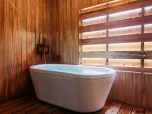 【かけ流しの温泉・シャワー付洋室】湯量による温度調整可能なかけ流しの温泉を存分に愉しめます♪