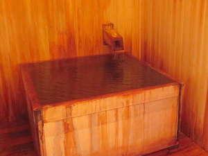 【貸切風呂】3か所無料でご利用可。脱衣場、洗面と洗い場(シャワー)設置。草津万代鉱源泉
