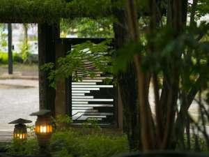 木々が旅館の風情を引き立てます