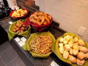 当館自慢の焼き立てパン朝食!