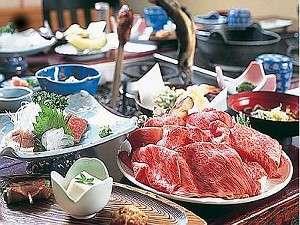 飛騨牛のしゃぶしゃぶや川魚など囲炉裏卓でいただく夕食(一例)