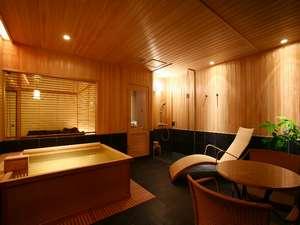 スパリビング付客室はリビングスペースが浴室という新しいスタイルです。