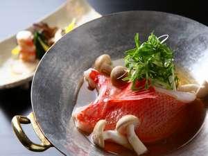 季節の味覚を存分にお楽しみください。(写真は冬のお料理の一例/釧路産キンキのお鍋)。