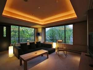 和室とベッドルーム、リビングを備えた110平米のスイート。大きな窓の向こうに定山渓の山々が広がります。