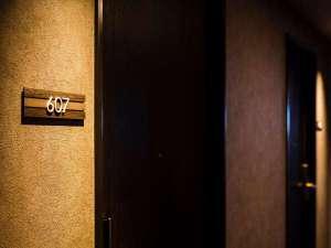 埼玉県の木「けやき」をイメージし落ち着きと温かみのある館内