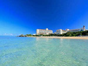 ホテル目の前に広がる珊瑚礁の青い海は、沖縄本島屈指の透明度!白い砂浜では星の砂をみつけることも…☆