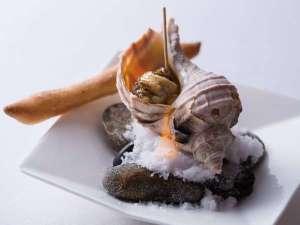 【夕食一例】日高の名産・つぶ貝をフレンチには珍しいアヒージョでご提供。(その時期の旬の魚介を使用)