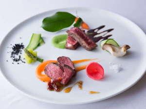 【ご夕食一例】自家製の熟成肉はじっくりと時間をかけた自信作。深い味わいと食感をお楽しみください。
