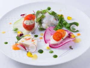 【ご夕食一例】前菜には有機・無農薬の野菜と、北海道ならではの新鮮魚介を。