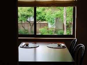 レストランルーム。中庭を眺めながら、おいしいお料理を召し上がってください。