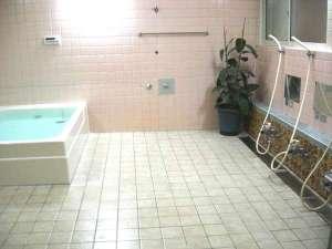 広さ8畳の風呂場で、浴槽の容量800Lです。