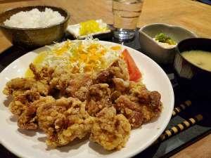 夕食メニューの唐揚げ定食でございます。