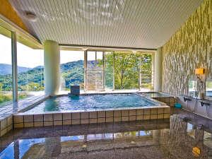 緑あふれる景色を一望する大浴場