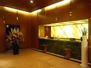 レセプション当ホテルの玄関口になります。御用のお客様は何なりとお申し付けくださいませ。