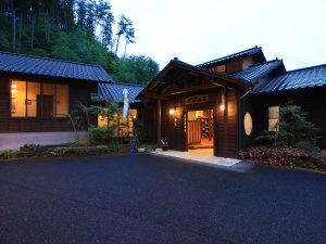 ■【外観】山々に抱かれる平屋造りの古き良き日本家屋宿でございます。
