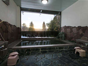 【展望風呂】大きな窓から沈む夕日をゆっくりとお楽しみいただけます。