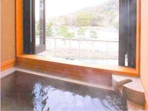 ときわの間 半露天風呂(窓は全開放)