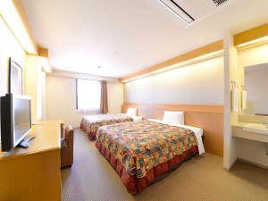 ツインルーム:幅150cmのクィーンサイズベッド