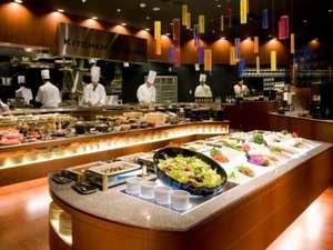 レストランアレッタのオープンキッチン、朝食バイキングには50種類以上の料理が並びます。