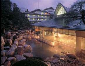 四季折々の表情を魅せる大浴場「神話の湯」。露天風呂も広々と開放的で、自然溢れる空間です
