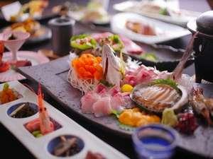 目利きのご主人が厳選した獲れたての魚介は季節により獲れる魚が異なりお料理内容も変わります
