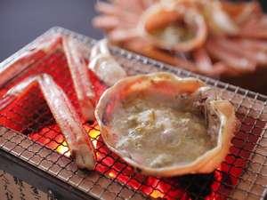 炭火のコンロで焼く蟹は、香ばしくって美味しいですよね