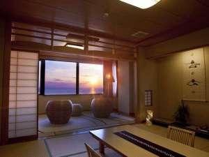 【最上階客室天空】3階の最上階客室から一望する日本海と夕日は絶景、大切な人と特別な時間を…