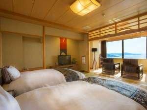 【最上階客室「天海」】シモンズ製のベッドは寝心地抜群。オーシャンビューの眺望は絶景です。