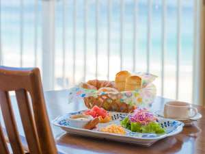 海を眺めながら優雅な朝食のひとときを…