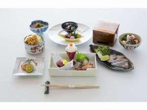日本海会席:地魚を中心に、食の宝庫「富山湾」を一度に味わえます。※季節により内容は異なります。