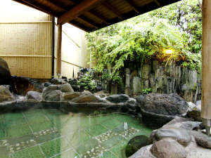 ◆野天風呂男湯◆源泉をそのままかけ流した贅沢な湯。明るくゆとりあるリラックス空間となっております。