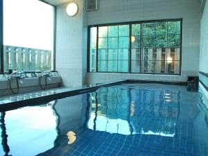 *広々とした湯船の大浴場で、ゆったりとおくつろぎください。ご家族やお仲間との会話もはずみます。
