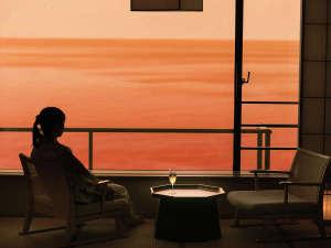 """さざ波の音を感じ、夕陽色に染まる日本海を眺める。""""心安らぐ""""癒しのひとときを――"""