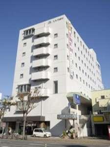 国道149号線沿いに面し白を基調とした8階建てのホテル。ホテル左側が駐車場です。