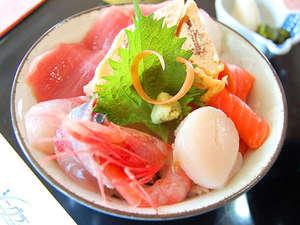 駿河湾で獲れた新鮮な魚介類をふんだんに使用した自慢の海鮮丼です!!※写真はイメージです
