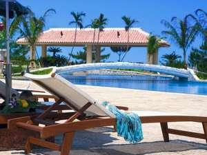 沖縄随一の広さを誇る全長170mのガーデンプール  深さ2.5mのプールなど楽しみ方も様々
