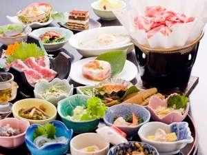 黒豚料理に名物「馬刺し」、当館自慢の季節の小鉢料理もたっぷり味わえる田舎会席/夕食例(約15品程度)