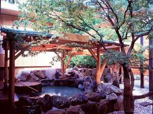 ◆2F もみじ湯・露天風呂/庭園を思わせる落ち着いた露天風呂。ジャグジーも完備