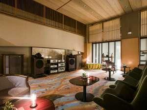 ◆1F ラウンジ/朝はコーヒーと、夜にはキャンドルの灯りで楽しむ、タンノイの音色