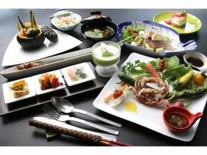 夕食メニューの一例。この日のメインは新鮮野菜のバーニャカウダとソフトシェルでした。