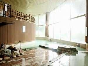 【温泉大浴場・地下1F】低温・中温・高温に分かれた3タイプの温泉浴槽。