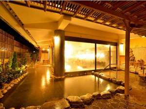 【源氏の湯(露天風呂)】 庭の木々を一層し、緑豊かな露天風呂になりました。