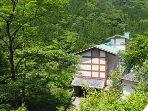 【外観】森の中に佇む静かな温泉宿です。写真には写ってませんが、下には川が流れています。