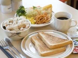 朝食は無料サービス!日替わりで手作りメニューを取り揃えています。