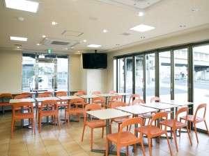 オレンジ色のチェアが印象的なアイランドカフェ。多目的ルームとしてもご利用頂けます。