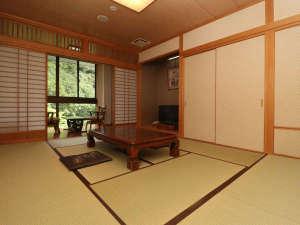 和室10畳-スタンダードタイプのお部屋はこちら!大きめな窓から大自然の四季折々の表情をお楽しみください