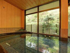 *風呂 開放的な外の景色を眺めながら至福の時間を楽しんでください。